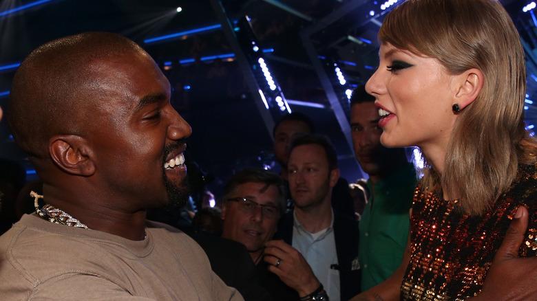 Kanye West und Taylor Swift lachen zusammen bei den VMAs 2015