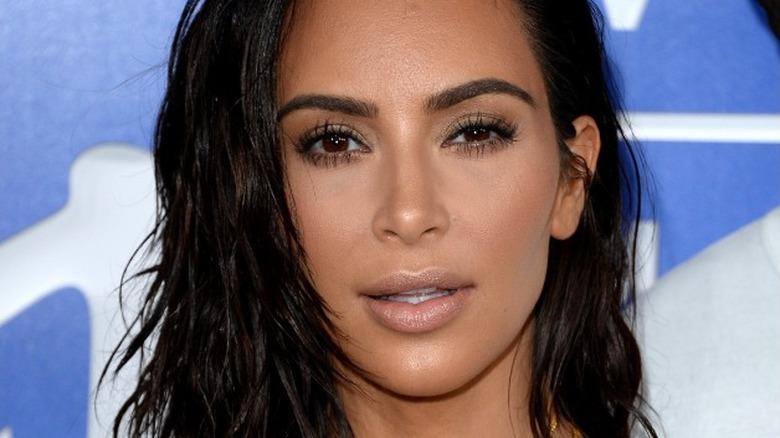 Kim Kardashian schaut zu