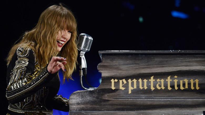 Taylor Swift lacht auf Reputation-Tour am Klavier