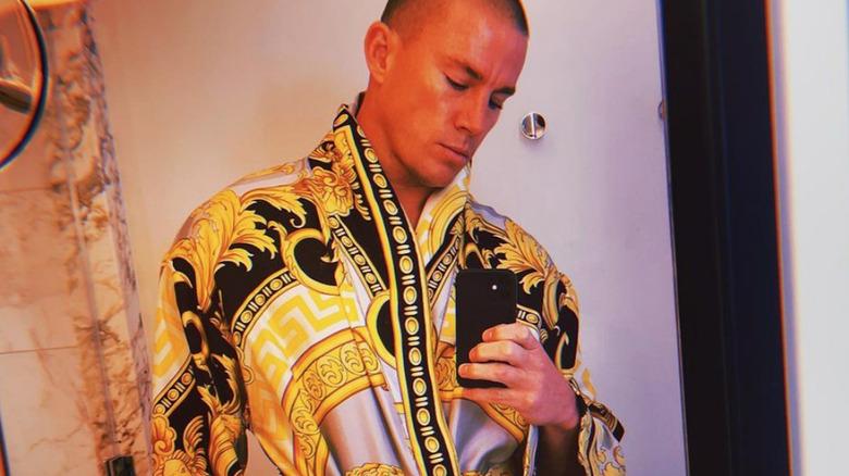 Channing Tatum trägt eine Versace-Robe