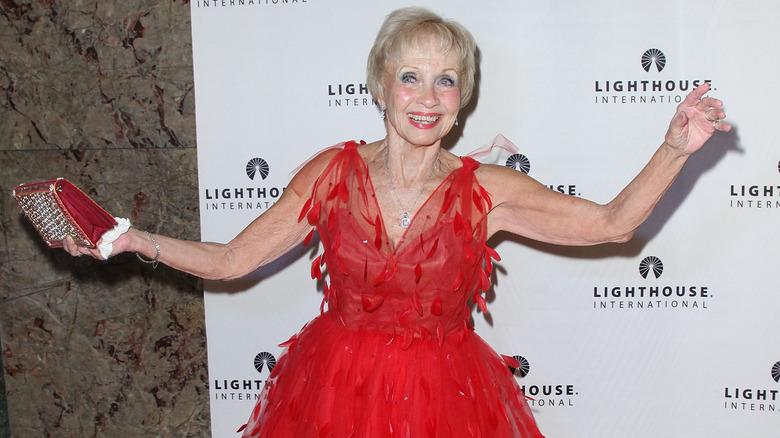 Jane Powell tanzt auf dem roten Teppich