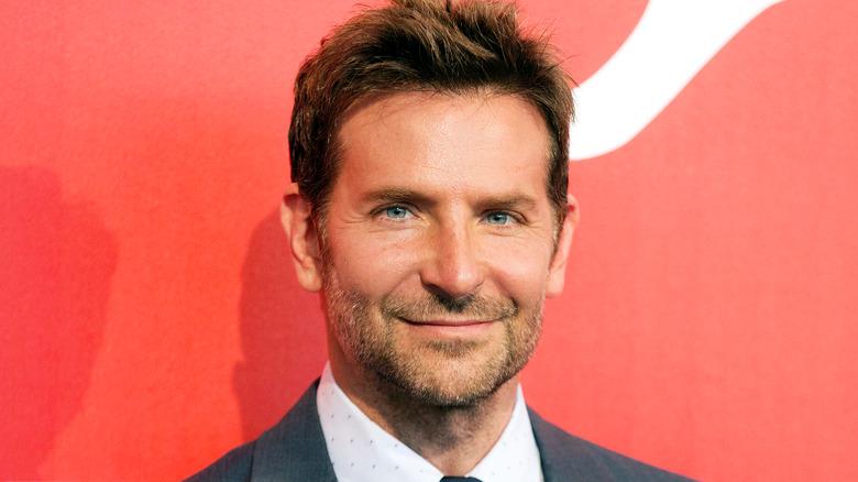 Bradley Cooper lächelt
