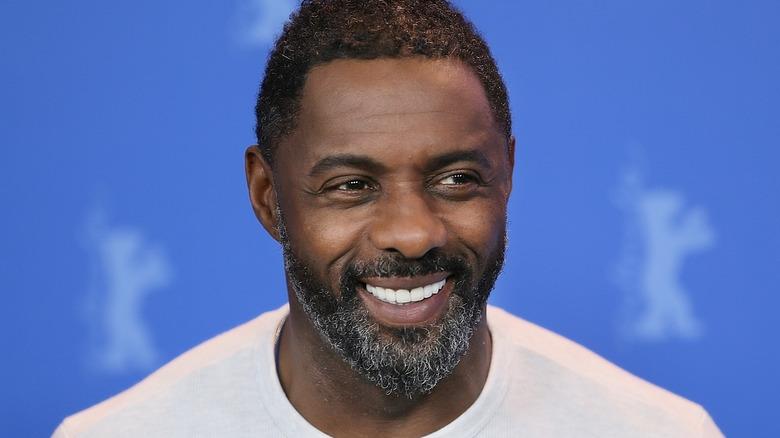 Idris Elba lächelt