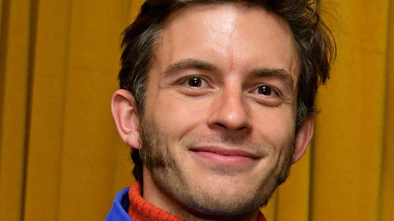 Jonathan Bailey posiert für Kameras