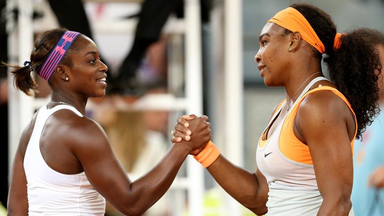 Sloane Stephens und Serena Williams geben sich die Hand