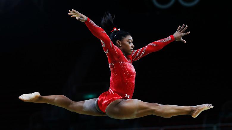 Simone Biles springt durch die Luft