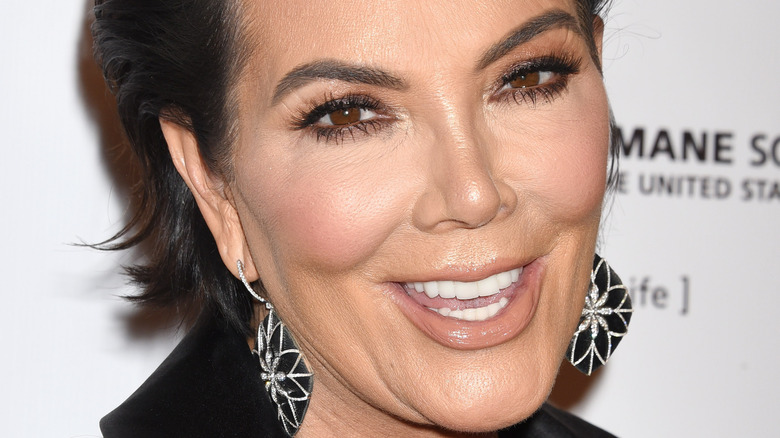 Kris Jenner lächelt in die Kameras