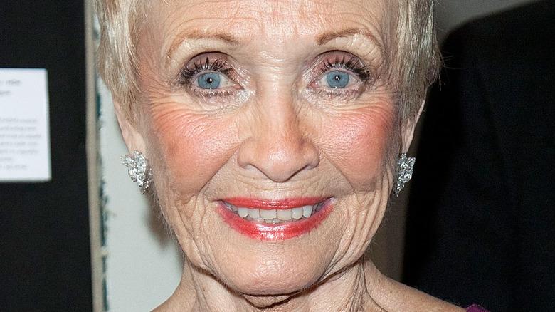 Jane Powell lächelt auf dem roten Teppich