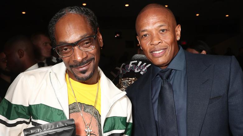 Snoop Dogg und Dr. Dre lächeln