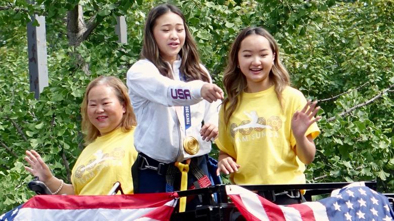 Suni Lee mit ihrer Schwester und Mama