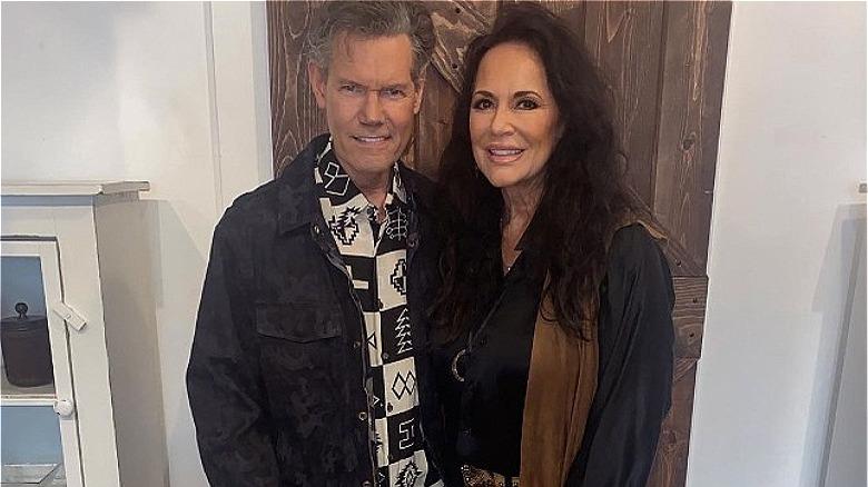 Randy Travis hält Ehefrau Mary Davis