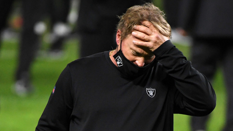 über Gruden von den Las Vegas Raiders, der nach dem Verlust seines Teams das Feld verlässt