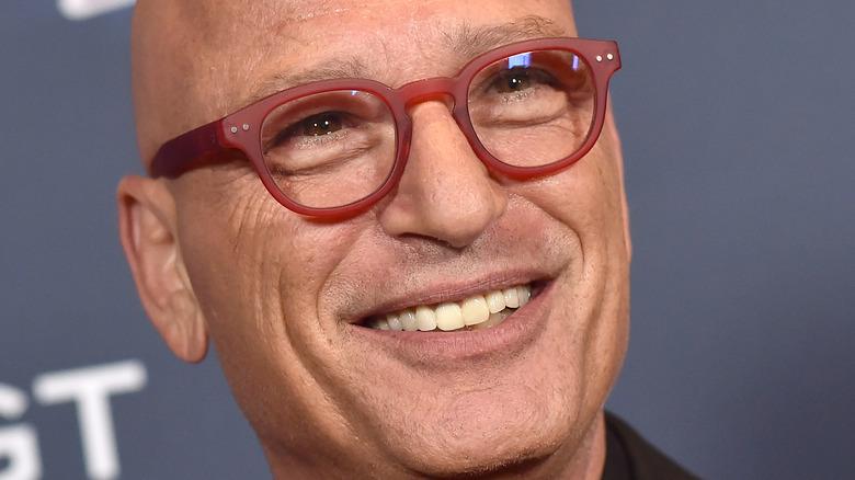 Howie Mandel lächelt auf dem roten Teppich