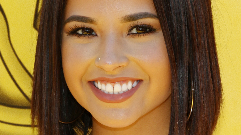 Becky G lächelt