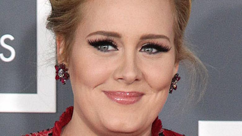 Adele lächelnder geflügelter Eyeliner